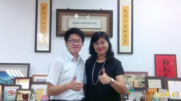 校長林香吟(右)肯定李岱恩(左)立志當神經內科醫師的夢想。(記者洪定宏攝)