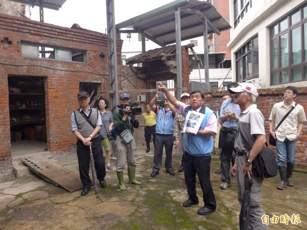 新北市議員蔡錦賢認為,淡水六號計畫道路應該要執行。(記者李雅雯攝)