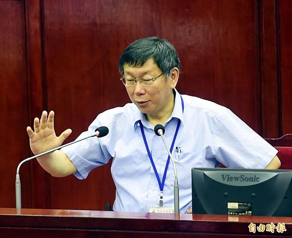 台北市長柯文哲今(16)日面對議員詢及世大運選手村餐廳被新北市府回絕,直言「想到就抓狂」。(記者方賓照攝)