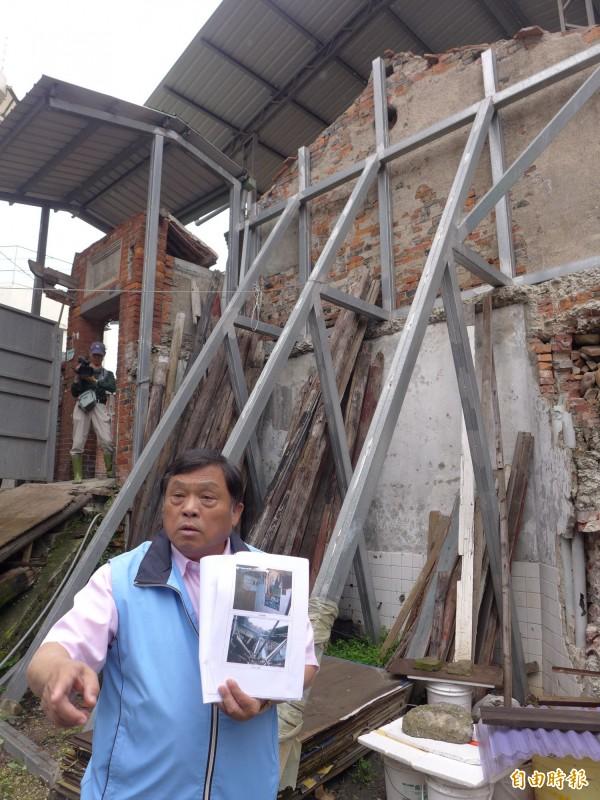 新北市議員蔡錦賢批評施家古厝,破爛房子叫甚麼古蹟。(記者李雅雯攝)