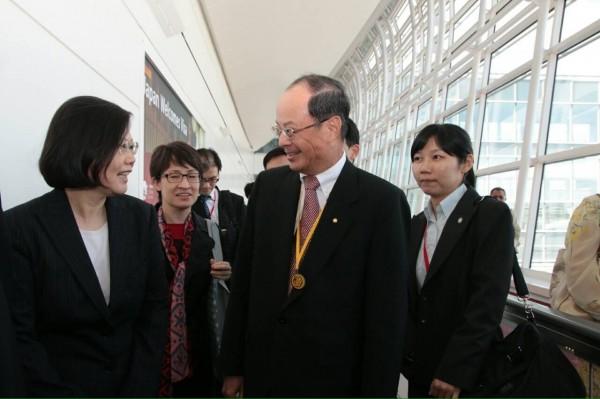 總統府今頒布總統令,駐日代表沈斯淳(前排右)已准辭職,將自520起生效。(資料照,蔡英文訪日團提供)