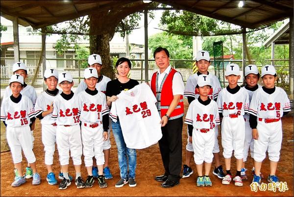 出身花蓮光復鄉的立委高潞.以用(中左),捐二十套球衣給球隊隊職員,穿上新衣服讓孩子開心溢於言表,校長林萬男(中右)代表接受。(記者花孟璟攝)
