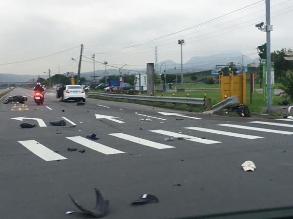 騎士遭彈飛到路旁,車內物品散落一地。(圖擷取自臉書爆料公社)