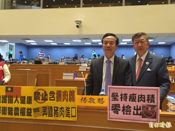 新竹縣長邱鏡淳(右)、縣議員楊敬賜(左)都公開反對美豬開放進口。(記者黃美珠攝)