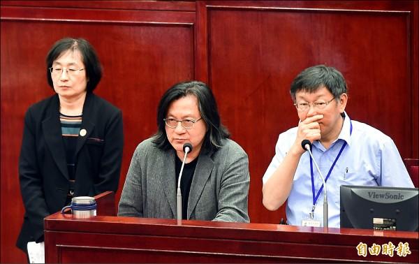台北市長柯文哲(右一)16日前往市議會做公宅等專案報告。左起為交通局長鍾慧諭、都發局長林洲民。(記者方賓照攝)