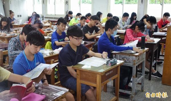大考過後,作文題目及學子寫作能力都會引起討論。圖為今年國中會考情況,與新聞無關。(資料照,記者劉信德攝)