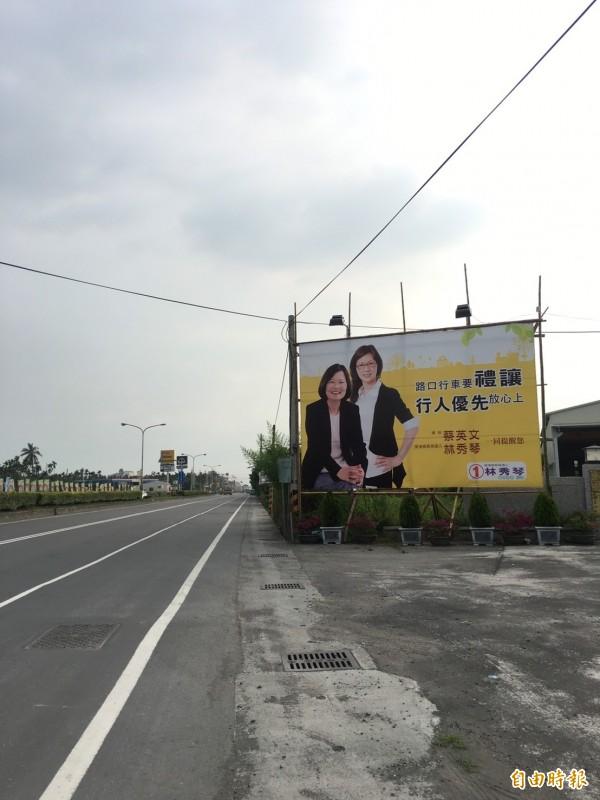 屏東里港鄉長補選,無黨籍候選人看板出現蔡英文照片。(記者侯承旭攝)