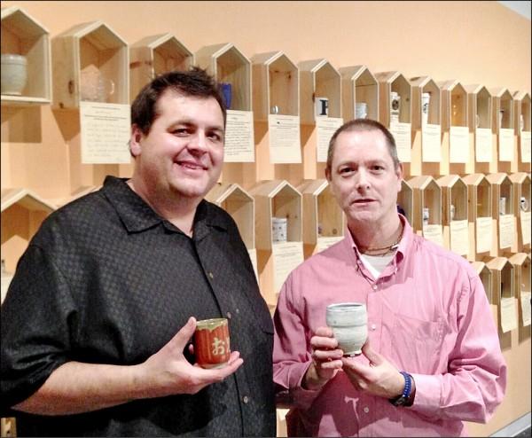 美國陶藝教授麥可.史川德(Michael J. Strand)(左)與民眾交換杯子。 (史川德提供)