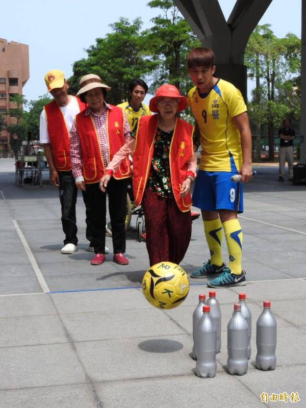 高醫大邀社區長者踢足球運動。(記者方志賢攝)