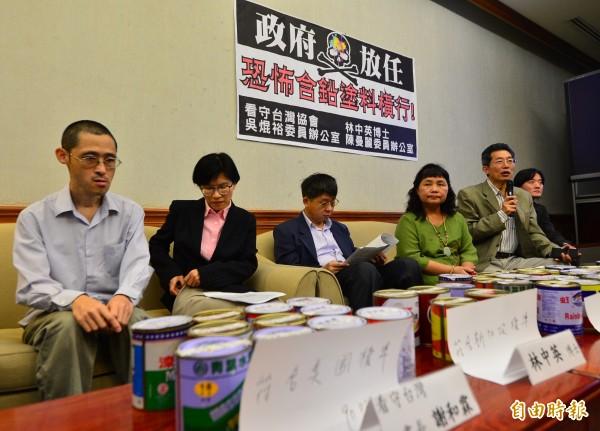 民進黨立委吳焜裕(左三)舉行「政府放任,恐怖含鉛塗料橫行」記者會,會中公布超標樣本超標有七成之多。(記者王藝菘攝)