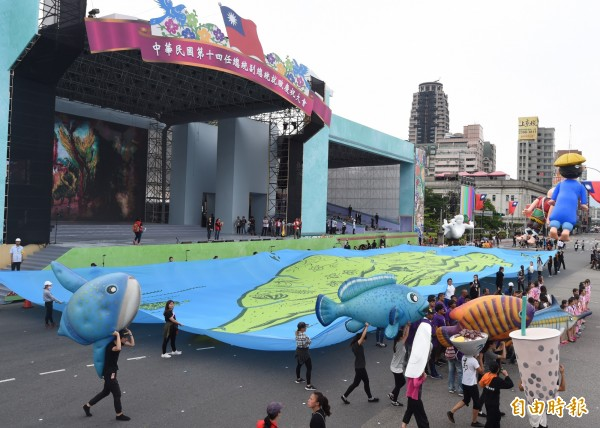總統就職典禮進入最後倒數,各個表演團體在總統府前彩排走位。(記者簡榮豐攝)