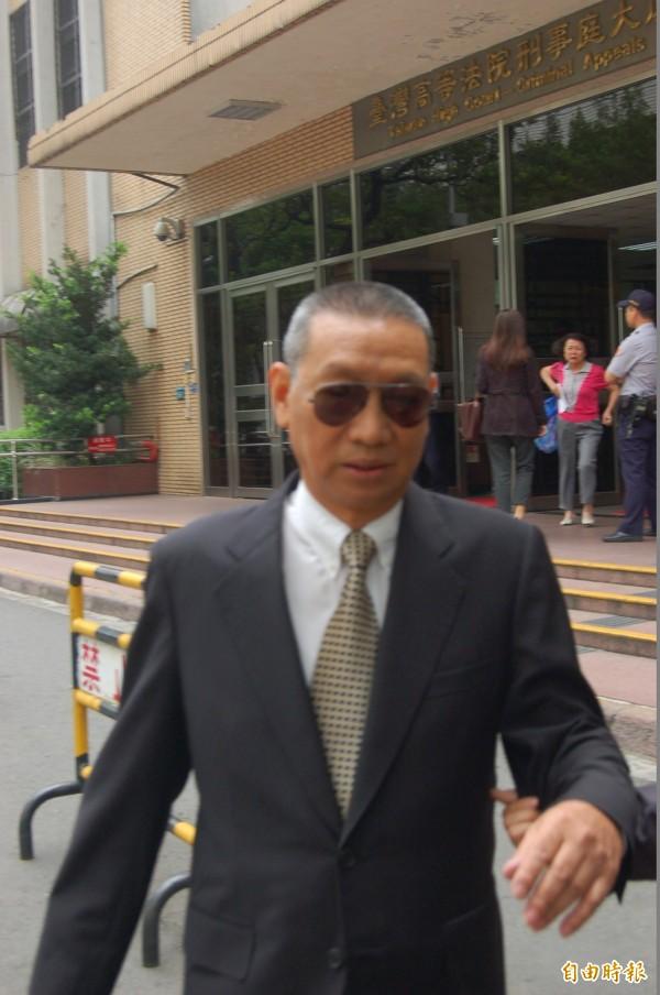 退役中將陳筑藩被控充當共諜案,更一審今改判無罪,陳不願曝光一再躲避鏡頭,最終仍被本報拍到其離去照片。(記者楊國文攝)