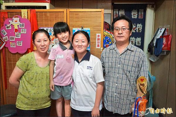 樂觀的罕病童郭郁暄(左二)一家人合照,她榮獲今年總統教育獎。(記者曾迺強攝)