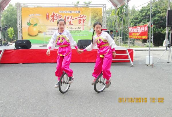獲總統教育獎的中寮鄉永和國小學生李易珊(右)和同學的雙人輪車,經常在比賽中得獎。(永和國小提供)
