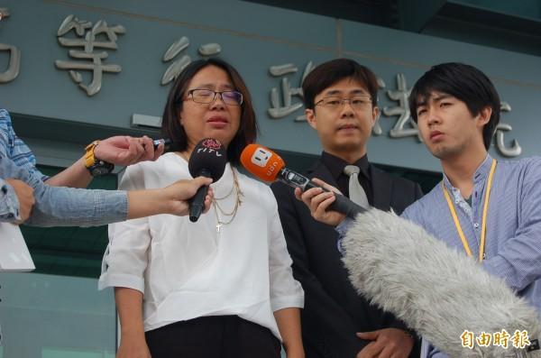 西拉雅族正名敗訴,族人代表萬淑娟(左一)、律師林煜騰(中)期許小英政府直接宣佈承認西拉雅族,此案也將上訴。(記者楊國文攝)