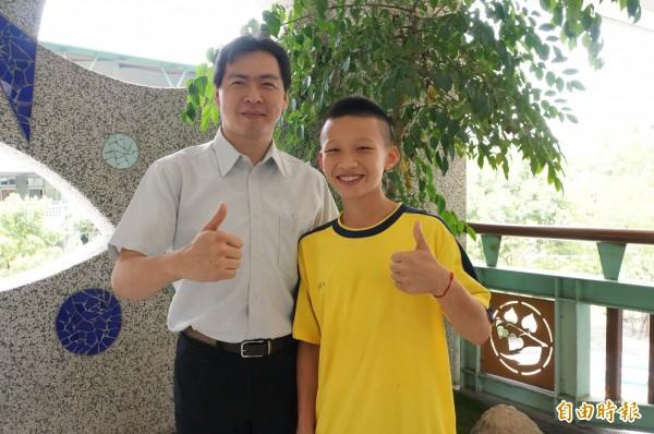 郭奕廷(右)獲得總統教育獎,教務主任謝連陽、多位師長都為他開心祝賀。(記者林孟婷攝)