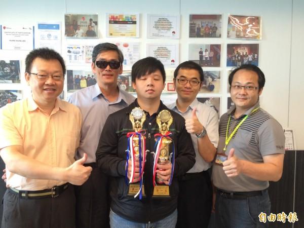 健行科大碩二生黃冠龍,獲選總統教育獎大專組得主,校方讚他是「健行之光」。(記者李容萍攝)