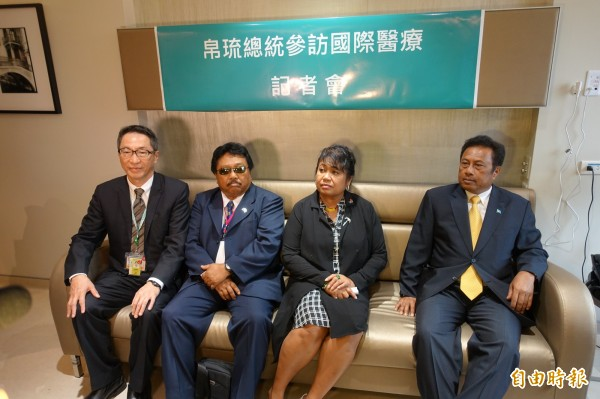 明天將參加總統就職典禮的帛琉總統雷蒙傑索(H.E. Tommy E. Remengesau, Jr.)伉儷(右一、右二),今天在台安醫院院長黃暉庭的陪同下,探視住院的帛琉患者。(記者吳欣恬攝)