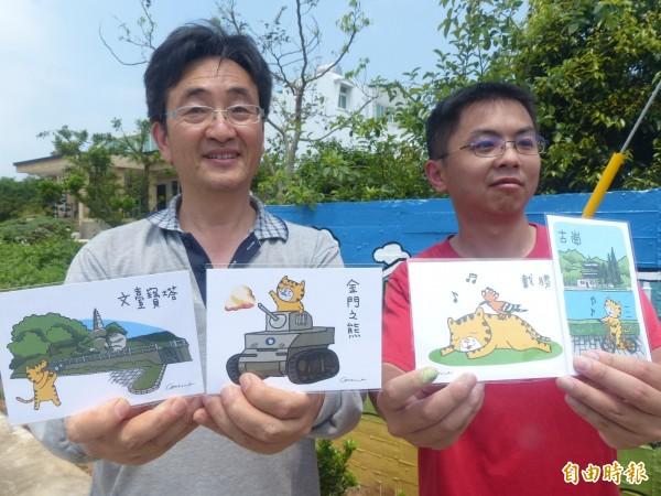 呂士昂(右)的「卡努」已上了風景明信片,也獲得餐廳老板翁世白(左)邀請繪製牆畫。(記者吳正庭攝)