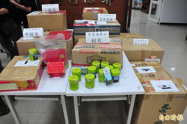 警方查扣疑似混劣質茶的仿冒福壽山長青茶及包裝、提袋、標籤等物。(資料照,記者李忠憲攝)