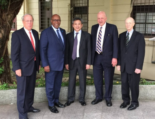 梅健華今在AIT臉書上發表文章,歡迎來台參加總統就職大典的其他美國代表團成員,包括前美國貿易代表柯克大使(Ron Kirk)、尼格羅龐提大使(John Negroponte)、美國在台協會主席薄瑞光大使(Raymond Burghardt)、以及前國務院資深官員容安瀾(Alan Romberg)。(圖擷取自臉書)