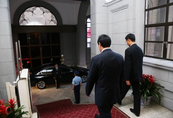 馬英九在臉書分享自己步出總統府的身影。(圖擷取自馬英九臉書)