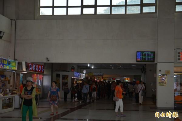 台鐵蘇澳新站一樓空間長期閒置,動線、上下站都集中在二樓,縣議員邱嘉進希望能妥善利用,將中國遊客分流。(記者朱則瑋攝)