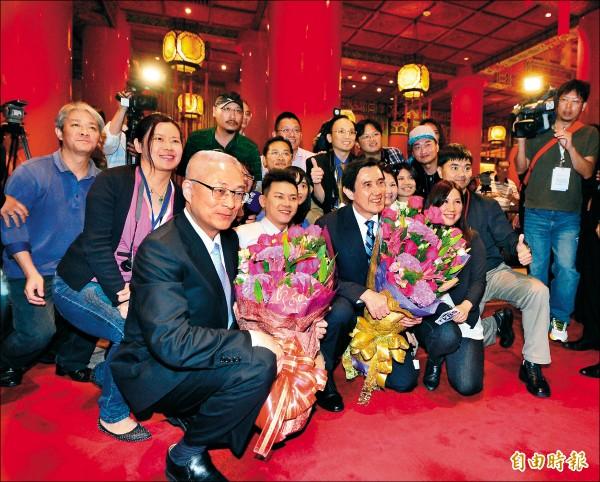 馬英九總統、副總統吳敦義今將卸任,馬吳昨出席晚宴後,接受媒體訪問並和採訪記者合影。(記者王藝菘攝)
