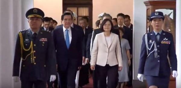 在蔡英文總統的陪同下,前總統馬英九離開工作八年的總統府。(圖擷自自由電子報直播)