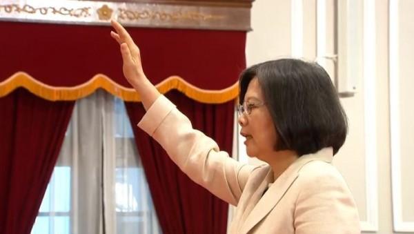 台灣首任女總統蔡英文於上午9時03分宣誓就職。(圖擷自YouTube)