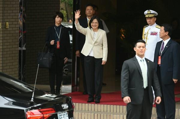 蔡英文今穿著白色套裝、黑色西裝褲步出家門。(記者張嘉明攝)