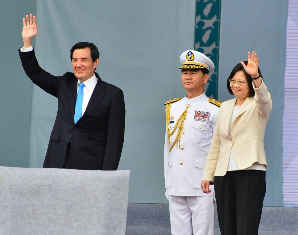總統蔡英文與前總統馬英九一起對外揮手,神情輕鬆自然,正式完成和平交接。(記者王藝菘攝)