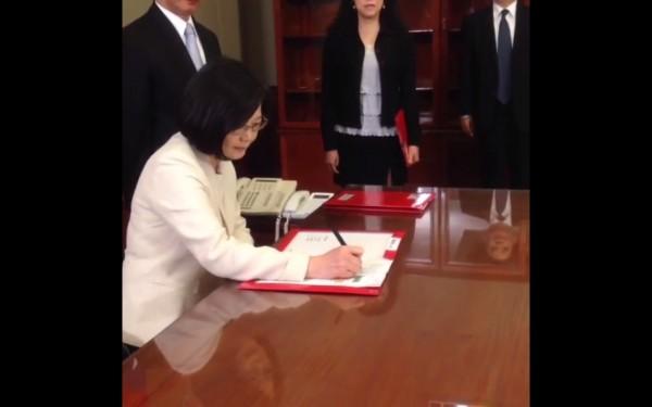 簽署行政院長任命令,是蔡上任的第一件公文。(圖截自蔡英文臉書)