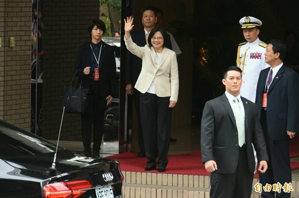 蔡英文身穿米白色外套、白色內搭,搭配黑色長褲。(記者張嘉明攝)
