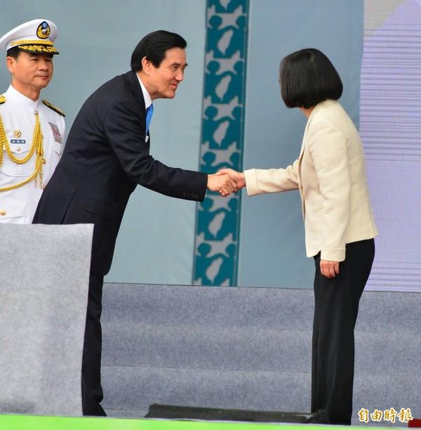 蔡英文與馬英九握手。(記者王藝菘攝)