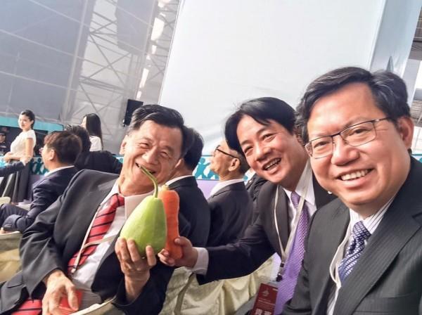 20日的就職典禮上,現場表演人員在觀禮台發送台灣農產品給嘉賓;鄭文燦上傳了賴清德拿紅蘿蔔、邱太三拿蒲瓜的照片。(圖擷取自鄭文燦臉書)
