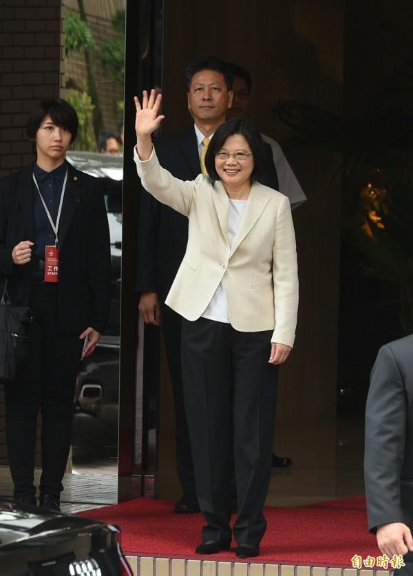 蔡英文總統出發前往總統府宣誓就職,行前向守候的媒體揮手。(記者張嘉明攝)