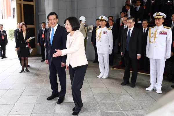 蔡英文今天宣誓就任中華民國第14任正副總統,並陪送中華民國第13任總統馬英九離開總統府。(圖片為臺北市攝影記者聯誼會提供)