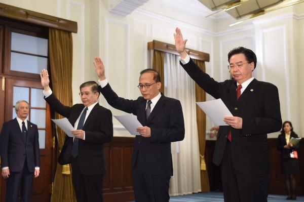 行政院院長林全(中)、國安會秘書長吳釗燮(右)、總統府秘書長林碧炤(左)等3人,在總統府晴廳完成宣誓。(圖片為台北市攝影記者聯誼會提供)
