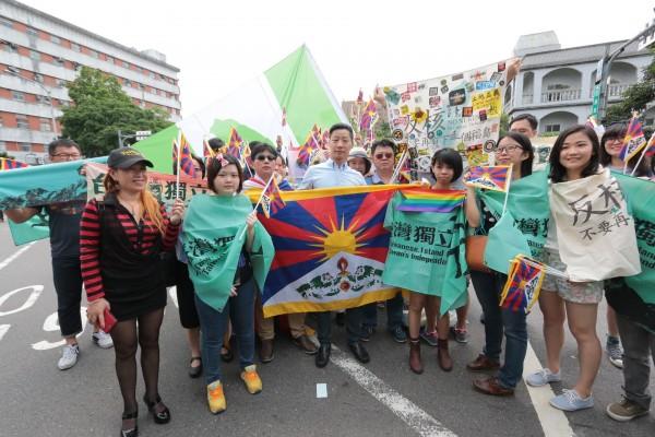 今天是520總統蔡英文就職大典,時代力量立委林昶佐在總統府外和社運朋友站在一起,舉旗提醒政府也提醒自己,「該做的事情還有很多」。(圖擷自林昶佐臉書)