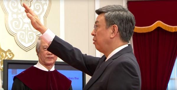 副總統陳建仁宣誓時引來許多PTT網友都開心地說「聖騎士來了」、「聖光」、「大仁哥好可愛」。(圖擷自Youtube)