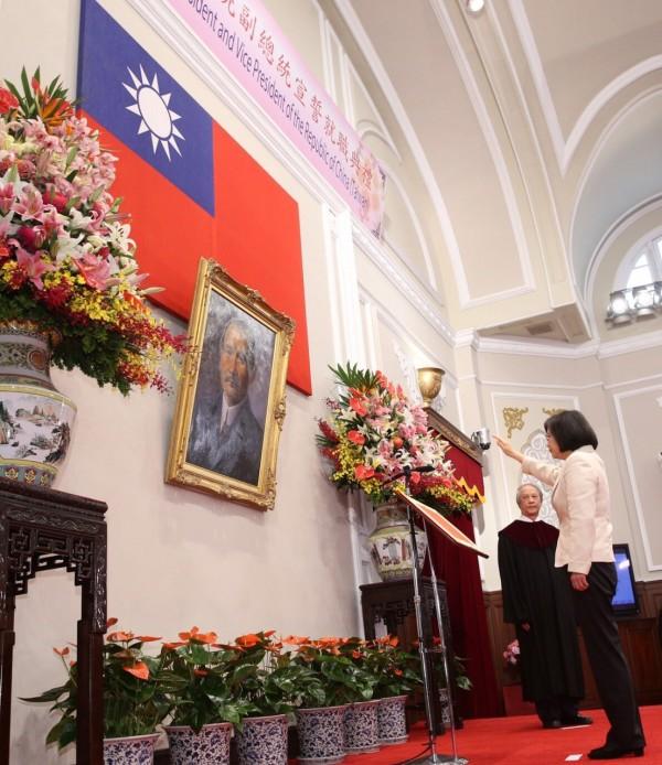 蔡英文宣誓。(台北市攝影記者聯誼會提供)