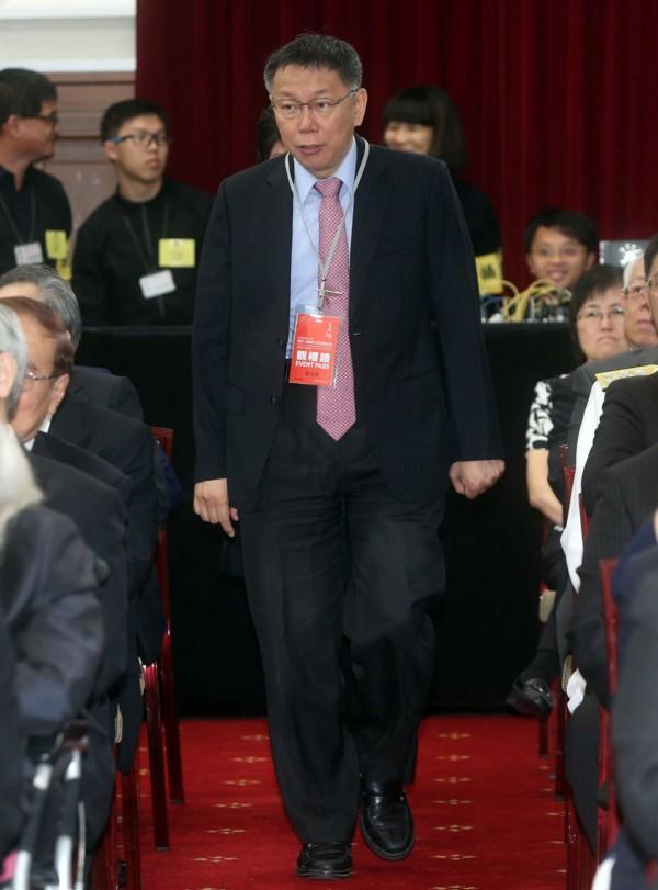 台北市長柯文哲今天受邀出席大典,雖然曾說不太想穿西裝,但今天仍穿西裝出席。(中央社記者鄭傑文攝)