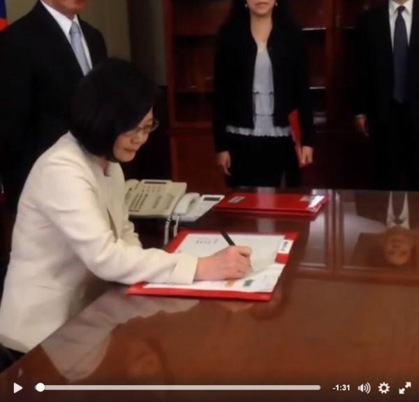總統蔡英文正式簽署第一份公文,並善用臉書直播記錄下這歷史性地一刻。(圖擷自蔡英文臉書)