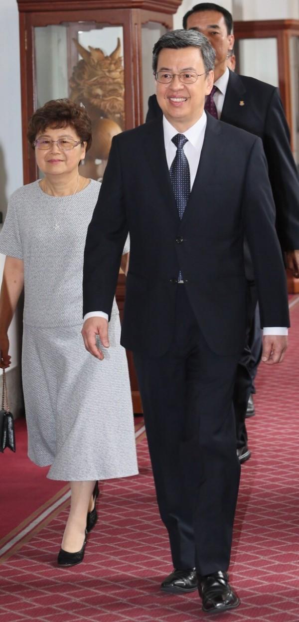 陳建仁一身筆挺西裝,頭髮梳得整齊。夫人羅鳳蘋則帶著眼鏡,著米灰色洋裝亮相。(台北市攝影記者聯誼會提供)