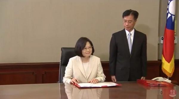 蔡英文任命行政院院長林全,不忘和他開玩笑。(圖片擷取自YouTube)