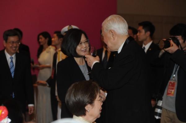 蔡英文總統在國宴上向前總統李登輝致意。(臺北市攝影記者聯誼會提供)