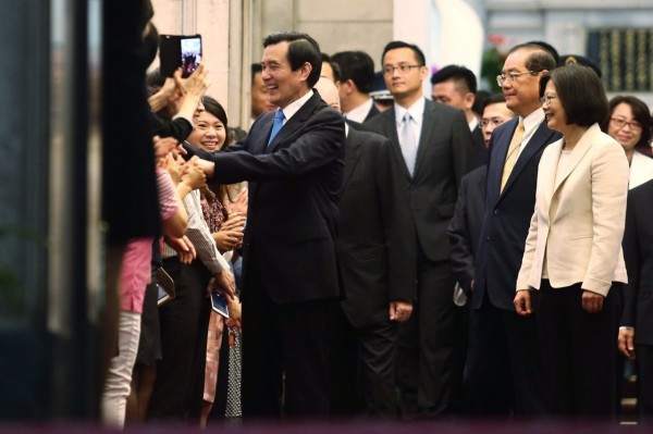 馬英九離開總統府時,受到熱情送別。(臺北市攝影記者聯誼會提供)