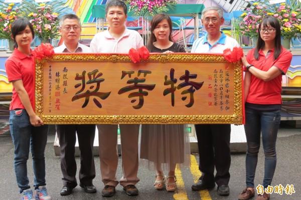 南投市青山茶春季優良茶競賽今天舉行頒獎,女茶農莊佩君(左四)獲新品種組特等獎。(記者張協昇攝)