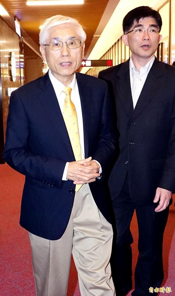 衛福部長林奏延(左)20日深夜率團搭機出發前往瑞士日內瓦,參加23日召開的世界衛生大會。(資料照,記者朱沛雄攝)